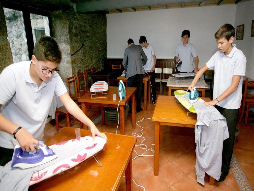 jovenes aprenden costura